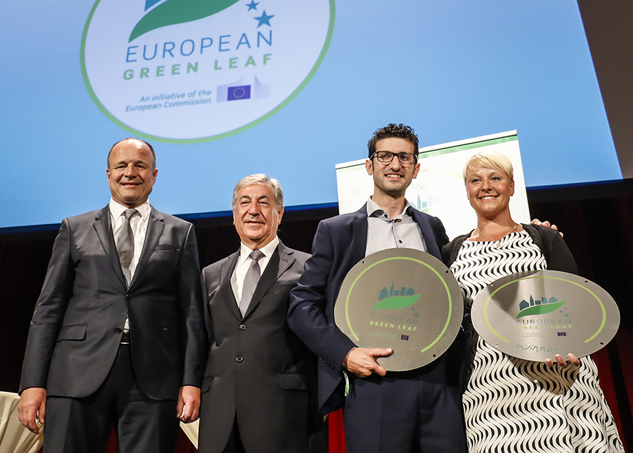 Mohamed bij de prijsuitreiking van European Green Leaf award